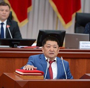 Министр здравоохранения Кыргызской Республики Космосбек Чолпонбаев во время присяги на заседании Жогорку Кенеша
