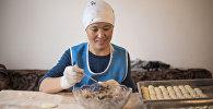 Зиядат Абдылдабекова, которая открыла пельменный цех в новостройке Ала-Тоо в Бишкеке во время работы