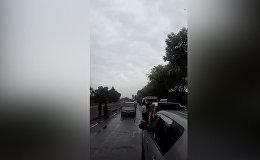 Бишкектин чет жакасындагы кырсыктан улам ири автотыгын пайда болду. Видео