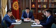 Архивное фото премьер-министра Кыргызской Республики Мухаммедкалыя Абылгазиева и министра здравоохранения Кыргызской Республики Космосбека Чолпонбаева