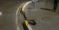 В Бишкеке авто врезалось в кольцевое ограждение, пострадали двое — видео