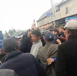 Милиционеры стреляли в воздух во время потасовки с толпой в Бишкеке — видео