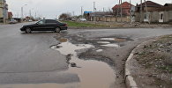 Разрушенное дорожное покрытие на одной из улиц Бишкека, отремонтированной в 2017 году