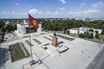 Флаг Кыргызстана на площади Ала-Тоо в Бишкеке. Архивное фото