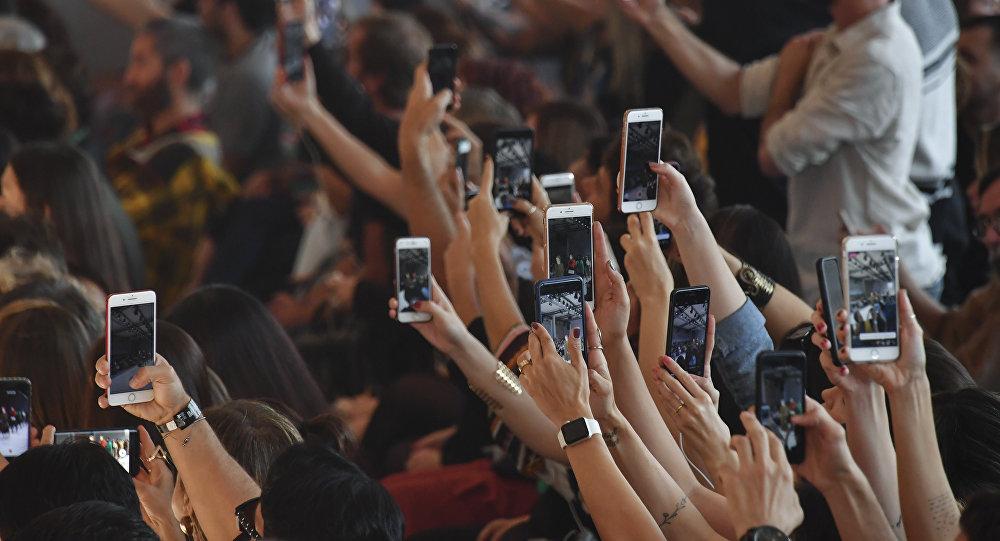 Люди с мобильными телефонами. Архивное фото