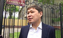 Бывший премьер-министр КР Сапар Исаков вышел из здания в Госкомитета национальной безопасности
