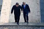 Лидеры КНДР и Южной Кореи Ким Чен Ын и Мун Чжэ Ин на встрече на демаркационной линии между двумя странами в пункте переговоров Пханмунджом. Южная Корея 27 апреля 2018 года