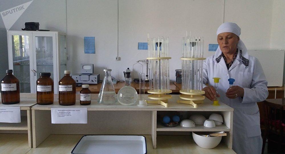Россия вручила Кара-Кульджинскому районному центру профилактики болезней и санитарно-эпидемиологического контроля медицинское оборудование на 2,2 миллиона сомов