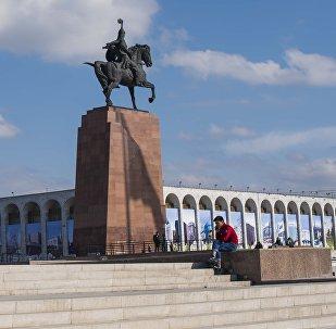 Памятник Айкол Манас (Манас Великодушный) на площади Ала-Тоо в Бишкеке. Архивное фото