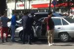 Бишкекте жол инспекторун бетке тээп кетип калган окуянын видеосу чыкты