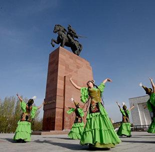 Манастын эстелигинин жанында бийлеген кыздар. Бишкектин 140 жылдыгына белек