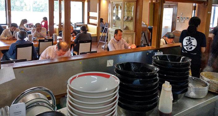 Повар в японском ресторане Асылбек Асаналиев