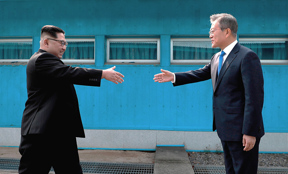 Түштүк Корея менен Түндүк Кореянын лидерлери эки өлкөнүн чек ара сызыгында жолугушкан. 27-апрель
