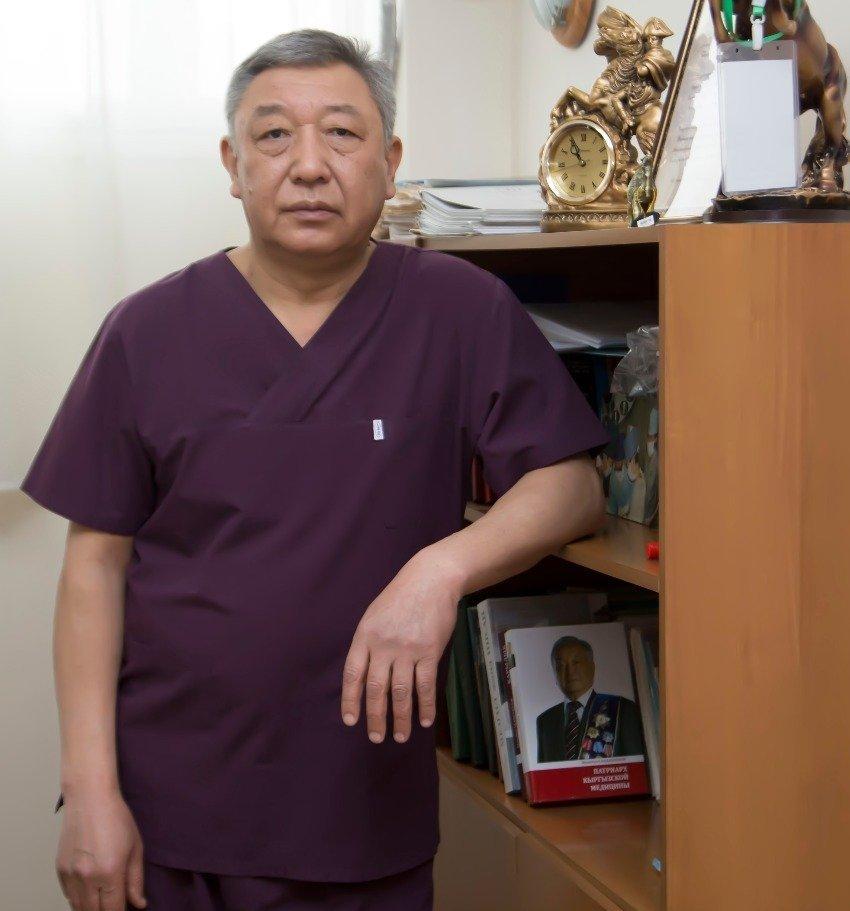 Врач-хирург высшей категории Болот Иманов в рабочем кабинете