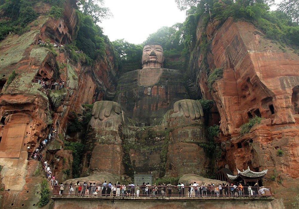 Высеченная в горе Линъюньшань статуя Будды — одна из самых высоких в мире (71 метр). В список ЮНЕСКО ее включили в 1996 году.