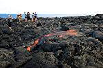 Туристы фотографируются на фоне вулканической лавы. Архивное фото