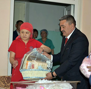 В День города Бишкека мэр столицы  Албек Ибраимов посетил рожениц родильного дома №1 и поздравил счастливых родителей с пополнением в их семьях и с Днем рождения Бишкека и вручил им подарки.