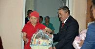 Бишкек мэри Албек Ибраимов борбор калаадагы №1 төрөт үйүнө барып, борбор калаанын маарекесинде төрөлгөн ымыркайдын ата-энесин куттуктап, белек тапшырды