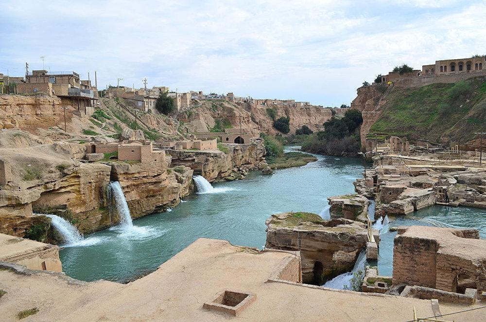 Древнюю гидросистему близ иранского города Шуштара называют Дамбой Цезаря. Комплекс водных сооружений был установлен римлянами на реке Карун в III веке. С 2009 года он находится под охраной ЮНЕСКО.