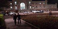 Сотрудники милиции около железнодорожного вокзале в Бишкеке, где было сообщение о бомбе