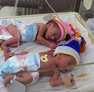 Новорожденные дети. Архивное фото