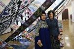 Супруга президента Турции Эмине Эрдоган и первая леди Узбекистана Зироатхон Мирзиёева во время выставки в Ташкенте