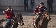Игрок сборной Кыргызстана по кок бору Манас Ниязов во время игры. Архивное фото