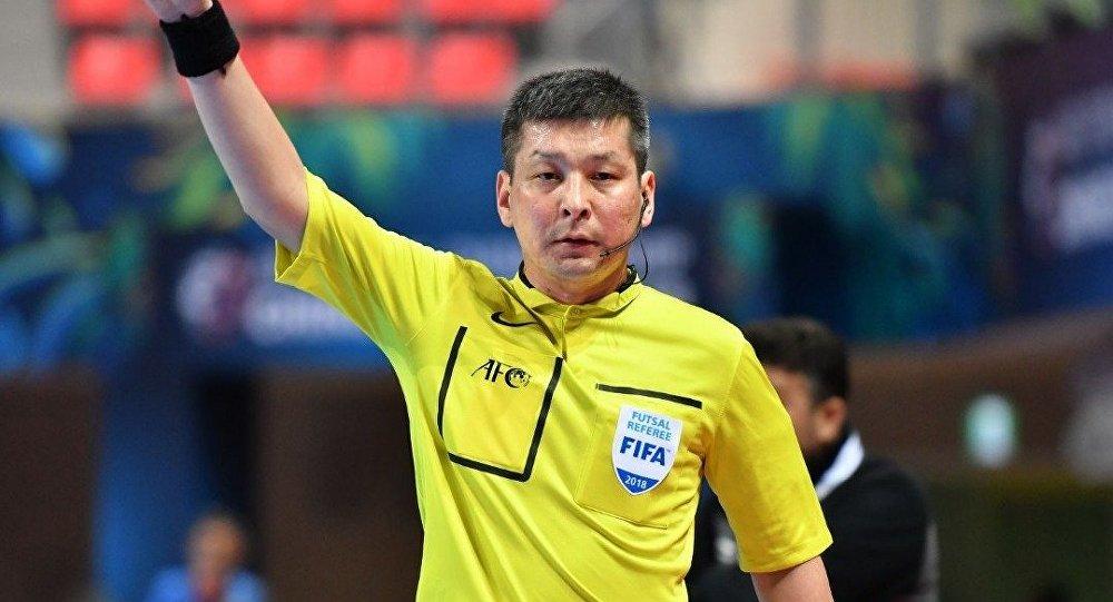 FIFA калысы, дүйнөдөгү эң мыкты 10 реферинин катарына кирген Нурдин Букуев. Архив
