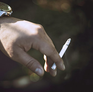Сигарета в руке. Архивное фото