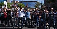 Сторонники лидера оппозиции в Армении Никола Пашиняна перекрывают одну из улиц Еревана.