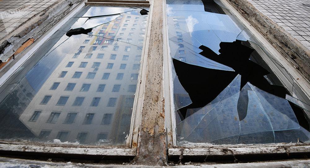 Отражение дома в окне. Архивное фото
