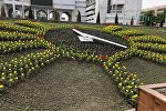 Сотрудники муниципального предприятия Тазалык во время посадки цветов на площади Ала-Тоо