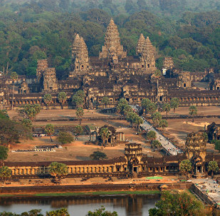 Туристы идут в индуистский храмовый комплекс Ангкор-Ват в Камбодже. Архивное фото
