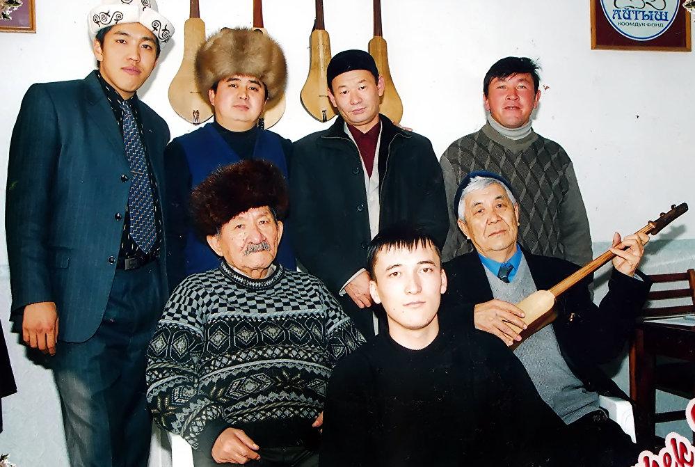 Ашыраалы Айталиев менен Тууганбай Абдиев шакирттеринин курчоосунда отурушат