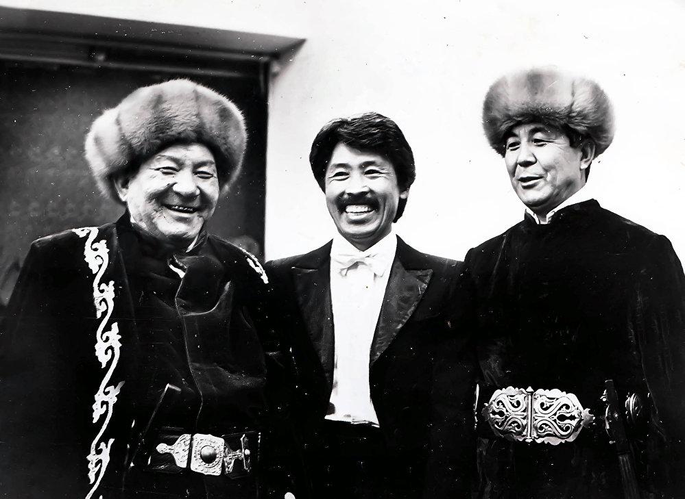 Төкмө акын Эстебес Турсуналиев, композитор Сардарбек Жумалиев жана Тууганбай Абдиев