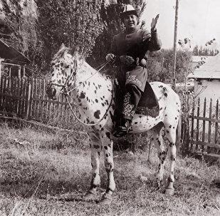 Төкмө акын, дастанчы, комузчу Тууганбай Абдиевдин архивдик сүрөтү