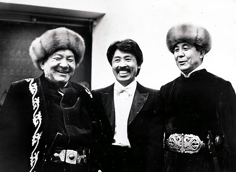 Акын, дастанчи и комузист Тууганбай Абдиев с коллегами