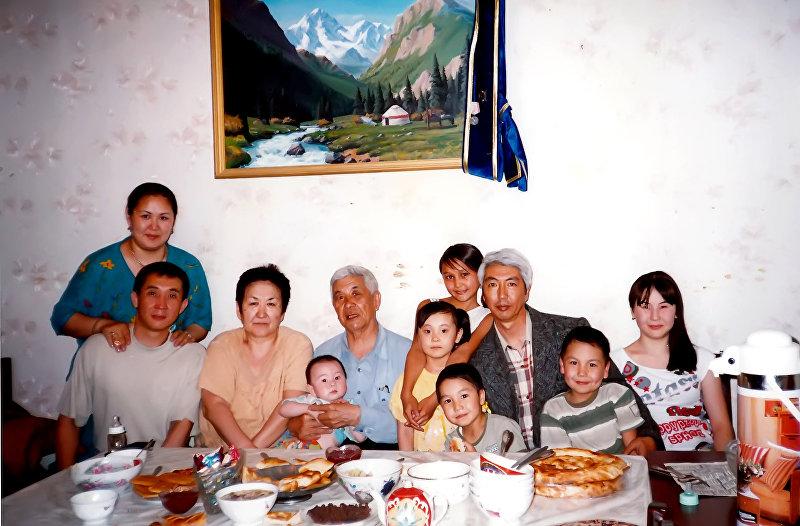 Акын, дастанчи и комузист Тууганбай Абдиев с семьей