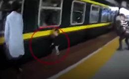 В Китае девочка упала под поезд, ее успели вытащить — видео спасения