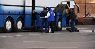Пассажиры возле автобуса. Архивное фото