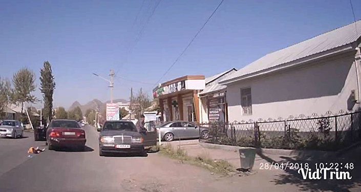 Момент наезда на шестилетнюю девочку в Оше попал на видео