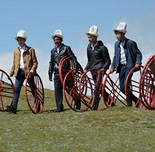 Участники фестиваля в калпаках. Архивное фото