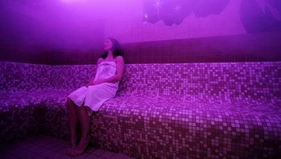 Женщина отдыхает в сауне. Архивное фото
