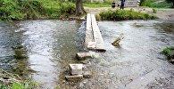 Импровизированный мостик через реку на улице Рихарда Зорге в городе Токмок, с которого упала в воду и утонула четырехлетняя девочка