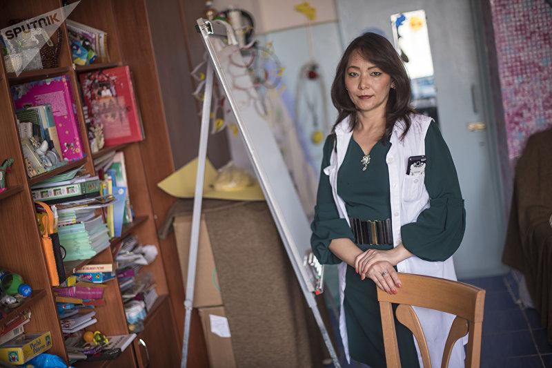 Социальный педагог Зухра Мочанова в кабинете благотворительного фонда Help the Children — SKD