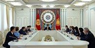 Президент Сооронбай Жээнбеков Жогорку соттун  Конституциялык палатасынын соттору менен жолугуп, аларга адилет чечимдерди кабыл алуунун маанисин эскертти.