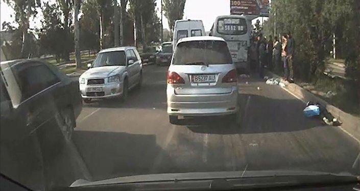 Бишкекте автобус кемпирди сүзүп кетти. Видео