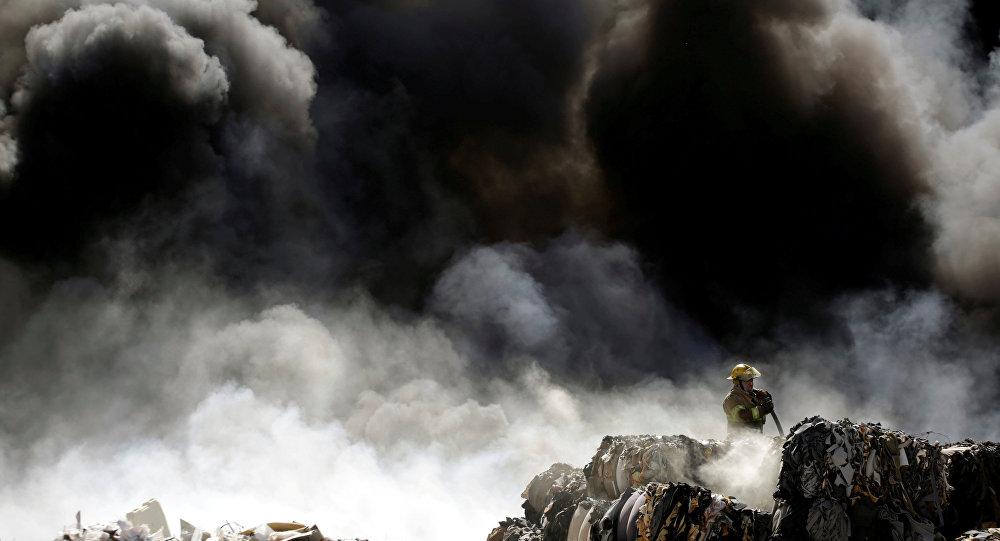 Пожарный на месте крупного возгорания. Архивное фото