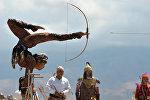 Гимнастка Аида Акматова стреляет ногами из лука во время Вторых Игр кочевников в Иссык-Куле. Архивное фото