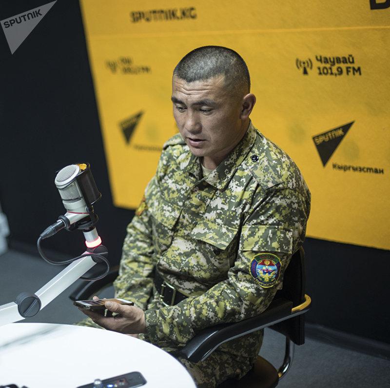 Сотрудник пожарной службы МЧС Чынгыз Садыралиев во время беседы на радио Sputnik Кыргызстан